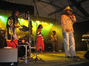 Eek-A-Mouse_with_band_(Swea_reggae_festival,_2006)